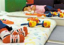 Criança dorme em creche