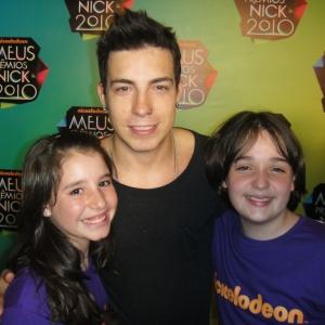 A NX Zero, de Di Ferrero, levou o prêmio de Banda Favorita e o vocalista recebeu os cumprimentos de Jady Brasileiro e Cayke Scalioni, repórteres mirins do UOL Crianças