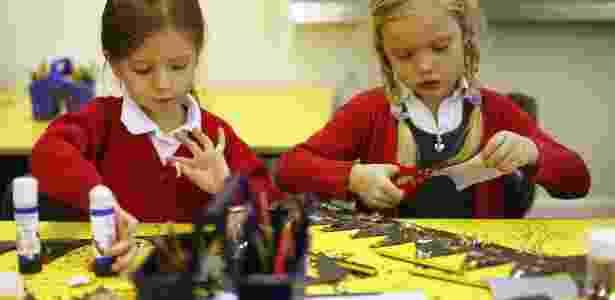 Crianças fazem preparativos para o Natal na Inglaterra - REUTERS/Eddie Keogh - REUTERS/Eddie Keogh