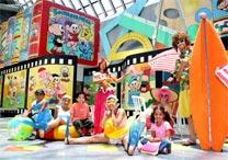 Crianças brincam em cenário do Parque da Mônica, em São Paulo